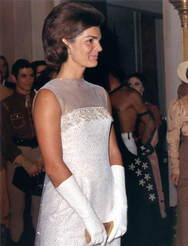 Gloves Jacqueline_Kennedy_after_State_Dinner,_22_May_1962